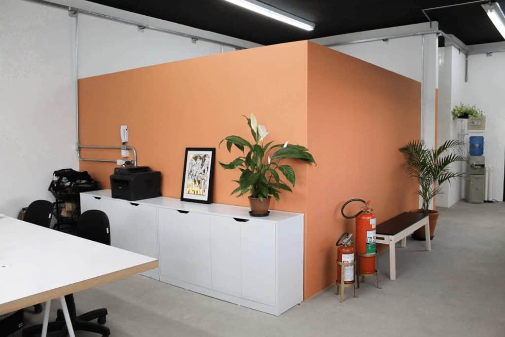 3901f5d1f Na última sala o showroom é o destaque para quem chega. A escolha de  materiais rústicos e urbanos segue a proposta da empresa, além de reforçar  ...